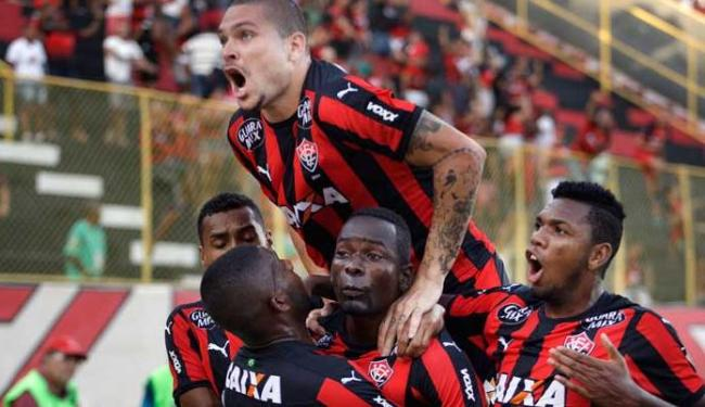Com os companheiros, Kanu comemora gol do Vitória - Foto: Raul Spinassé | Ag. A TARDE