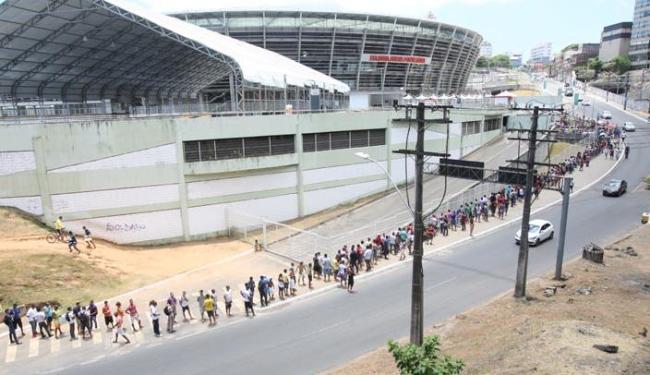 A fila 'abraçou' a Fonte para a compra de ingressos - Foto: Marco Aurélio Martins   Ag. A TARDE