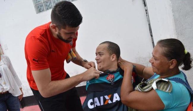 Alexsandro, de 26 anos, conheceu o clube e o seu ídolo, o goleiro Fernando Miguel - Foto: Francisco Galvão | EC Vitória | Divulgação