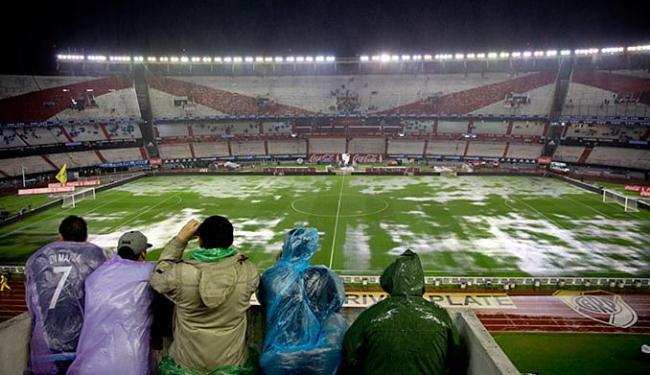 Temporal que atingiu Buenos Aires alagou o gramado do estádio Monumental de Nuñez - Foto: Natacha Pisarenko l AP Photo