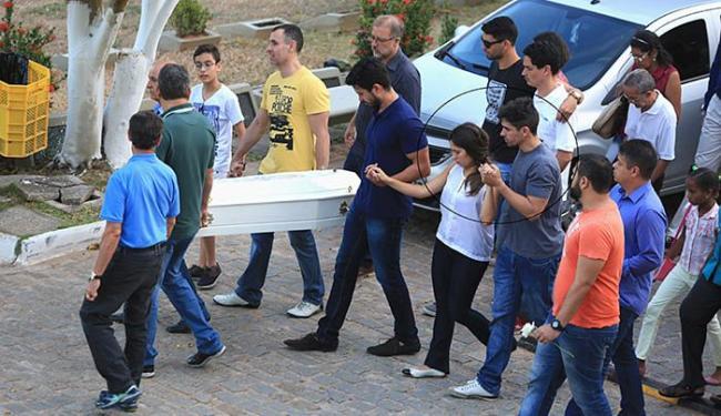 Amigos e parentes dos pais (de mãos dadas) do menino compareceram ao enterro - Foto: Joá Souza l Ag. A TARDE