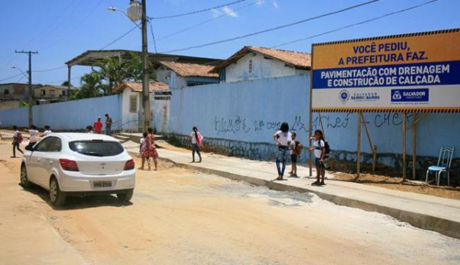 Pichação com as letras da facção CP estão nos muros da escola - Foto: Edilson Lima | Ag. A TARDE