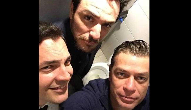 Fábio, Rodrigo e Daniel fizeram imagem dentro do banheiro - Foto: Reprodução | Instagram