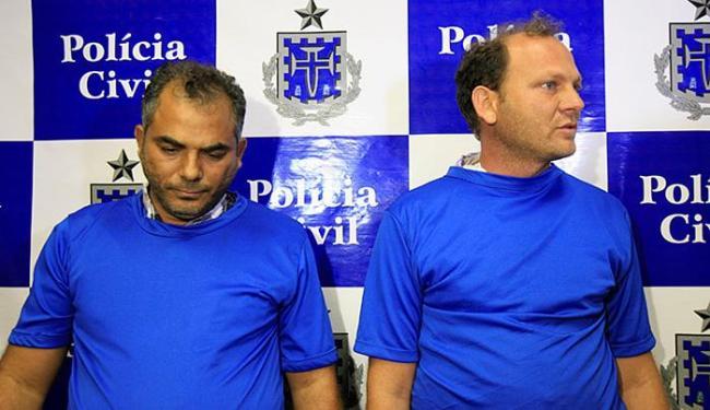 Fábio (E) e Evanilton se apresentaram na Delegacia de Vila de Abrantes e foram presos - Foto: Adilton Venegeroles l Ag. A TARDE