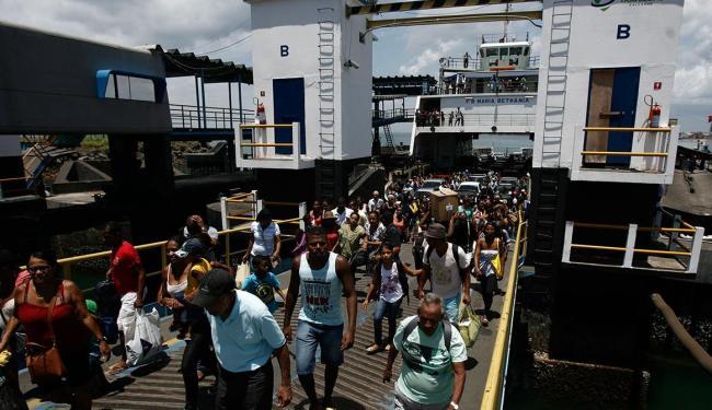Pedestres e motoristas enfrentam fila no ferry (foto: arquivo) - Foto: Raul Spinassé   Ag. A TARDE