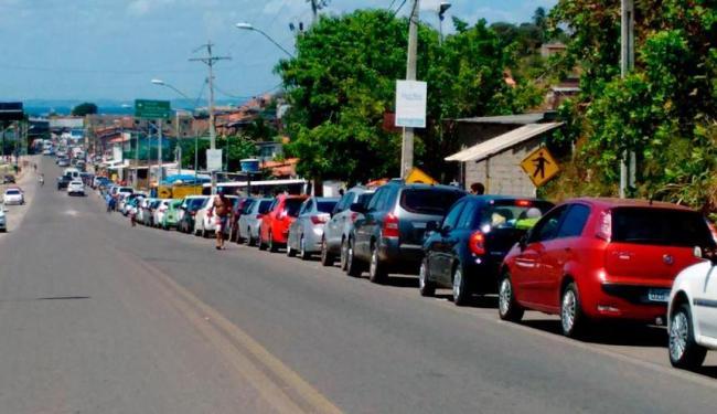 Motoristas aguardam na fila para embarcar no ferry - Foto: Raul Spinassé   Ag. A TARDE