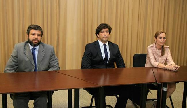 Na foto, o delegado Marcelo Sanfront, o promotor Luís Alberto e a inspetora Sheilla Meirelles - Foto: Margarida Neide l Ag. A TARDE l 17.11.2015