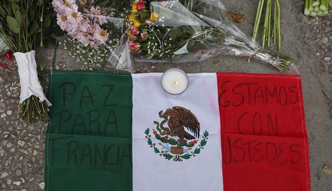 Flores e velas são colocadas para as vítimas dos atentados de Paris em frente à embaixada francesa - Foto: REUTERS