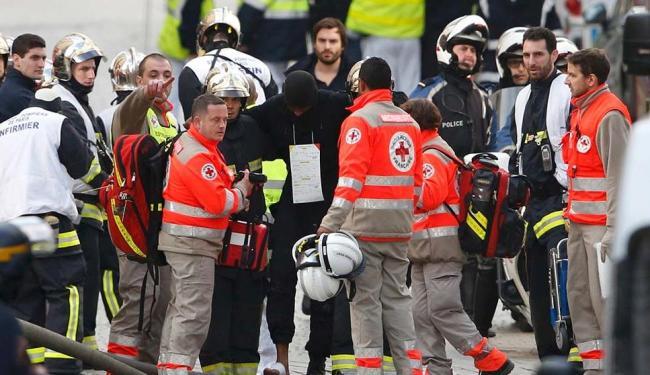 Equipes de resgate médicos franceses atende um membro das forças policiais feridos - Foto: Benoit Tessier   Agência Reuters