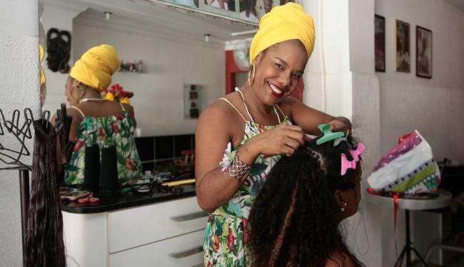 A cabeleleira Gerusa é responsável pela cabeça de alguns famosos - Foto: Mila Cordeiro   Ag. A TARDE