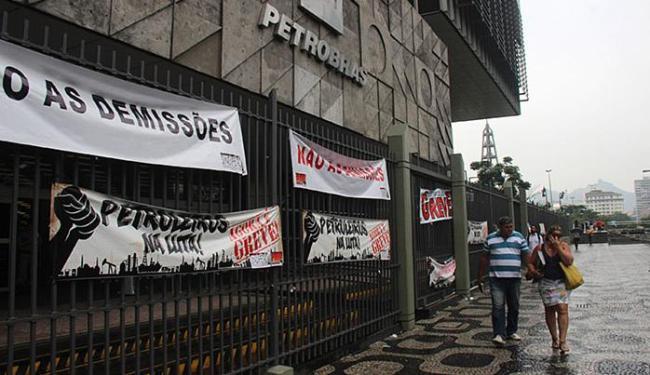 Petroleiros em greve colocam faixas na fachada da sede da Petrobras, no Rio - Foto: José Lucena l Futura Press l Estadão Conteúdo