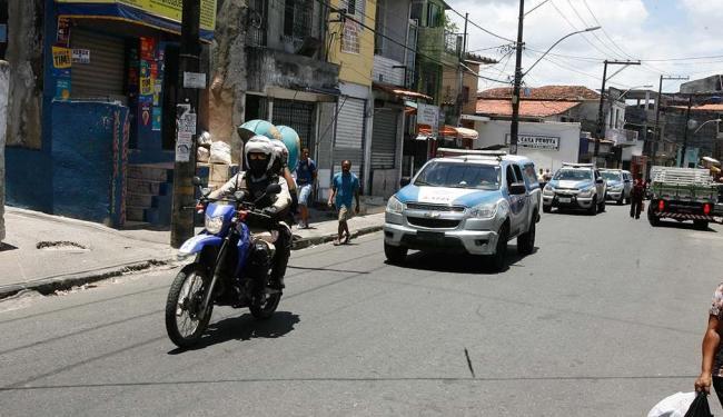 Homens da PM reforçaram o patrulhamento após suposto toque de recolher - Foto: Luciano da Matta   Ag. A TARDE