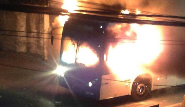 Veículo foi incendiado perto da Escola Municipal Doutor Orlando Imbassahy - Foto: Reprodução | Whatsapp