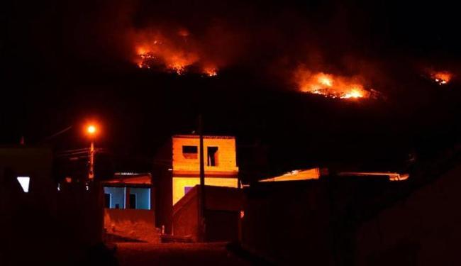 Fogo ficou bem próximo das casas em Jacobica - Foto: Alex Félix | Reprodução| Facebook