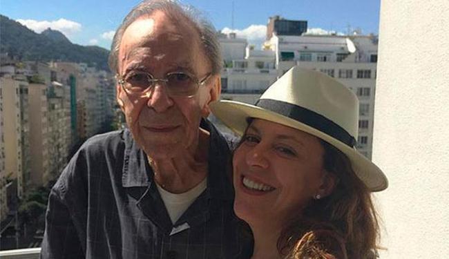 João e Bebel Gilberto na sacado do hotel - Foto: Reprodução | Instagram