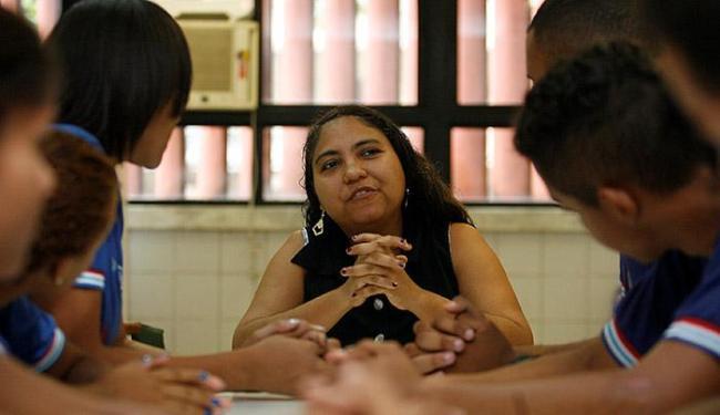 Professora do colégio Luiz Eduardo Magalhães, Kely Krause, desenvolve projeto com os alunos - Foto: Marco Aurélio Martins | Ag. A TARDE