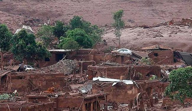 Lama de barragens da Samarco destrói distrito de Bento Rodrigues (MG) - Foto: Ricardo Moraes | Ag. Reuters | 07.11.2015