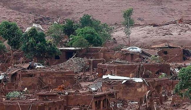 Torrente de lama de barragens da Samarco destrói distrito de Bento Rodrigues (MG) - Foto: Ricardo Moraes | Ag. Reuters | 07.11.2015