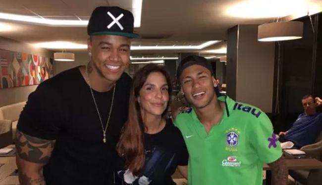 Léo Santana e Ivete posaram com Neymar na concentração - Foto: Divulgação