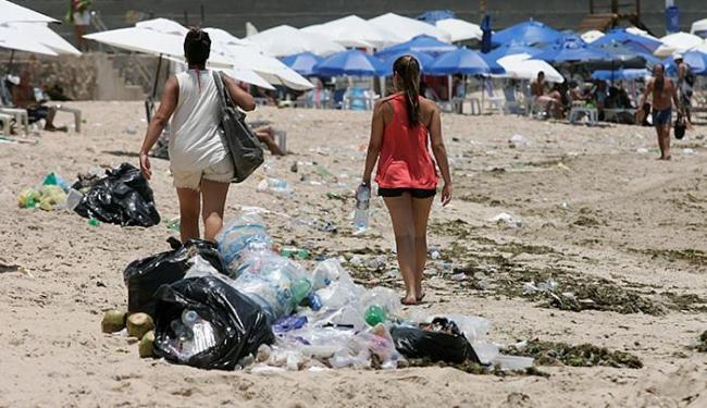 Entre Piatã e Itapuã, banhistas circulavam entre resíduos espalhados da areia ao calçadão - Foto: Marco Aurélio Martins l Ag. A TARDE