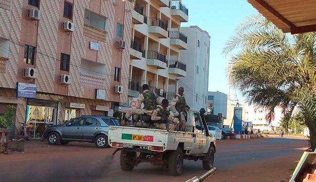 Segurança é reforçada no entorno do hotel em Mali - Foto: Agência Reuters