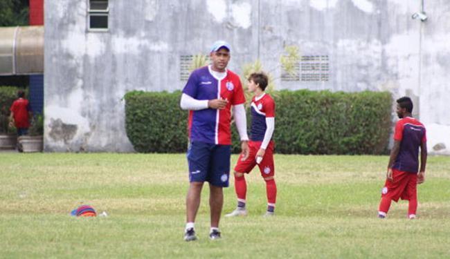 Manoel Alex é auxiliar do sub-20, mas tem comandado time enquanto Aroldo treina o profissional - Foto: Divulgação l E.C. Bahia