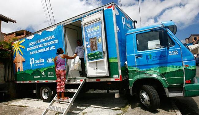 Os caminhões ficarão estacionados e pesarão os materiais levados pelos moradores - Foto: Mila Cordeiro | Ag. A TARDE