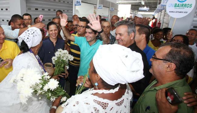 ACM Neto esteve à frente da inauguração do mercado, acompanhado de perto por moradores da região - Foto: Luciano da Matta | Ag. A TARDE
