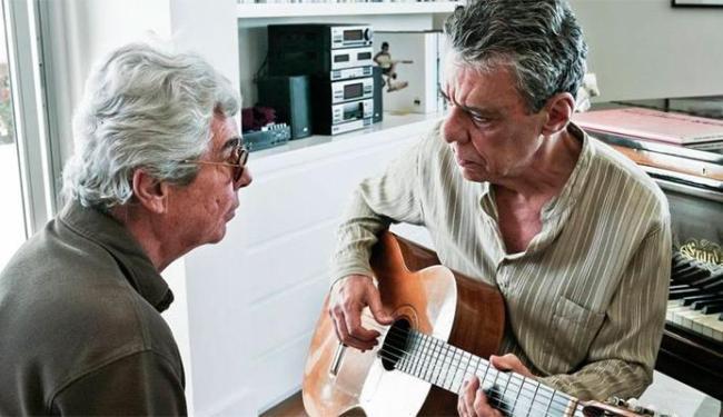 Diretor Miguel Faria Jr. e Chico em uma cena do documentário - Foto: Divulgação