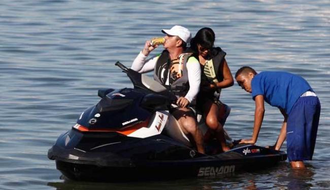 Condutor se abastece e inicia seu passeio de risco, até ser abordado pela Marinha - Foto: Lúcio Távora | Ag. A TARDE