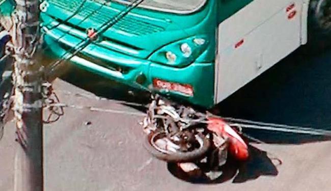 Moto ficou parcialmente embaixo do ônibus; acidente ocorreu por volta das 8h30 - Foto: Reprodução | TV Record Bahia