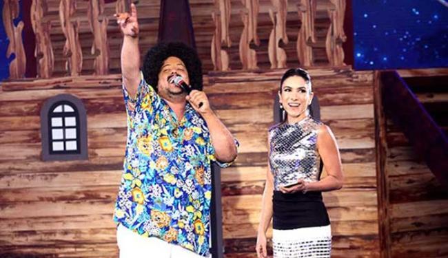 Neto LX foi desafiado pela apresentadora Patricia Abravanel a cantar
