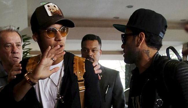 Neymar e Daniel Alves chegaram com atraso e não participaram do primeiro treinamento - Foto: Paulo Whitaker l Reuters