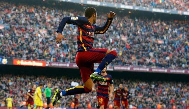 Neymar desviou de cabeça para Suárez no meio de campo e correu para receber - Foto: Agência Reuters