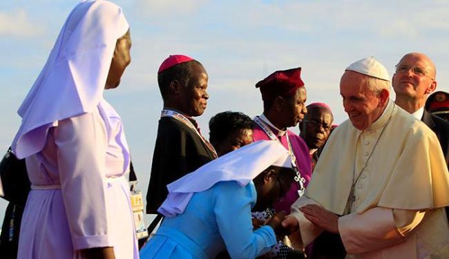 A visita à ex-colônia francesa é a primeira viagem do pontífice a uma zona de combate - Foto: James Akena | Ag. Reuters