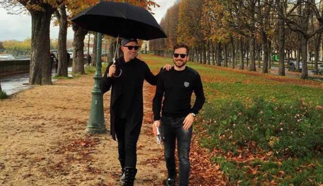Paulo Gustavo e o namorado passeiam pelo outono parisiense - Foto: Reprodução   Instagram