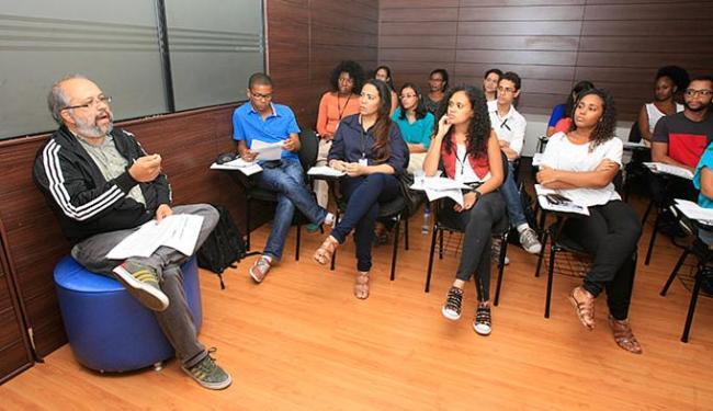 Paulo Oliveira (E) orienta os 20 participantes no primeiro dia de aulas - Foto: Mila Cordeiro l Ag. A TARDE