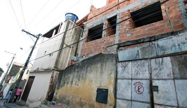 Casa onde ajudante de pedreiro estava trabalhando e fios da rede de eletricidade - Foto: Joá Souza | Ag. A TARDE