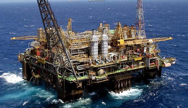 Plataforma da Petrobras na Bacia de Campos: área responde por mais de 70% da produção do país - Foto: Marcelo Sayão l Ag. EFE