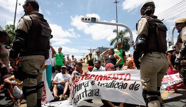 Manifestantes sentaram na pista, fechando o acesso à avenida Getúlio Vargas - Foto: Luiz Tito   Ag. A TARDE   19.11.2015