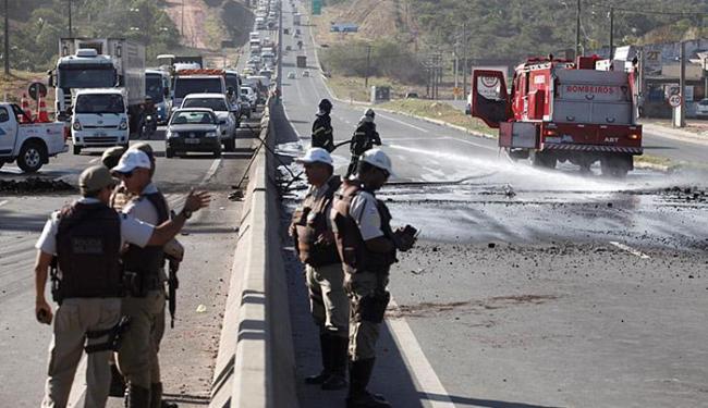 Policiais da 49ª CIPM (São Cristóvão), da Rondesp RMS e Rodoviária Estadual controlaram o protesto - Foto: Adilton Venegeroles | Ag. A TARDE