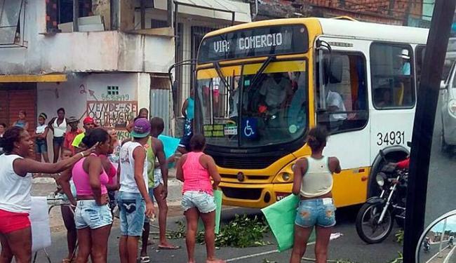 Moradores fecharam avenida Suburbana - Foto: Guto   Trânsito Salvador   Via WhatsApp