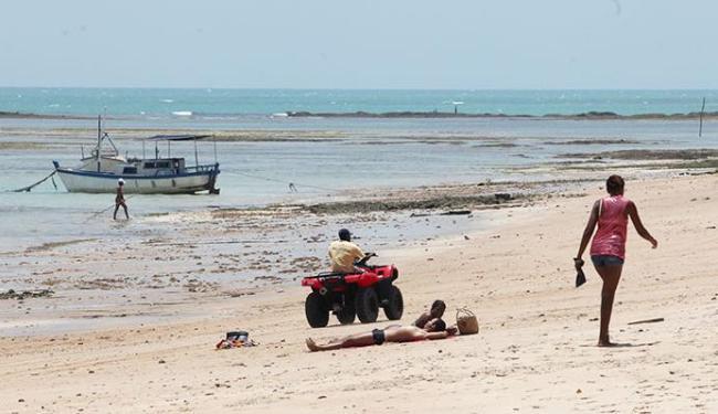 Homem circula na areia da praia de Barra Grande - Foto: Adilton Venegeroles   Ag. A TARDE