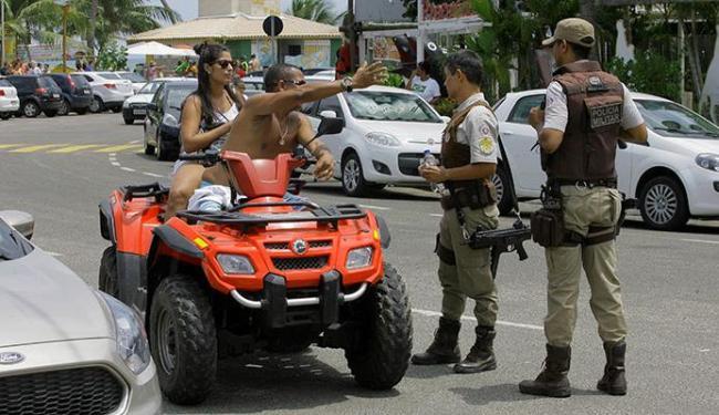 Infratores foram abordados e advertidos por PMs em Guarajuba no último dia 15 - Foto: Adilton Venegeroles | Ag. A TARDE