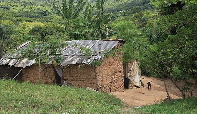 Maior parte das moradias é feita de barro e não possui esgotamento sanitário - Foto: Marco A. Martins l Ag. A TARDE l 05.03.2012