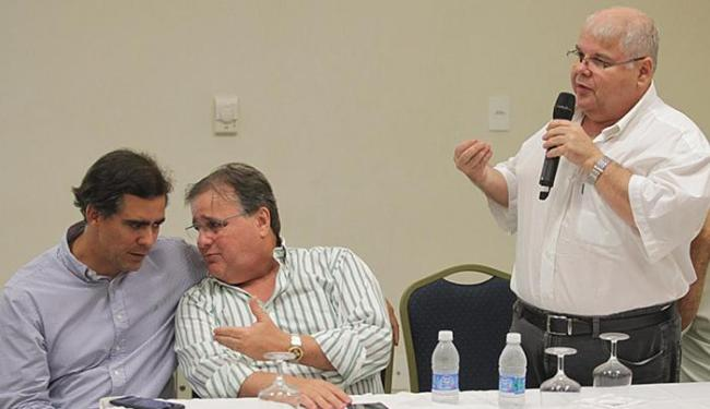 Geddel (ao centro) e Lúcio Vieira Lima (à direita) analisam a situação do PMDB - Foto: Lúcio Távora l Ag. A TARDE