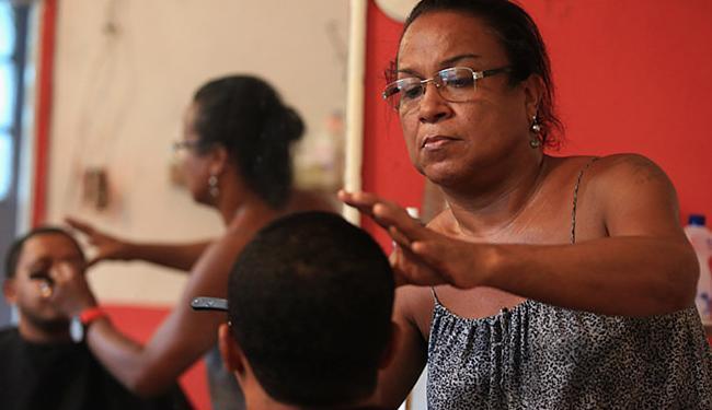 Há mais de 20 anos, Rosana possui um salão de beleza na Capelinha de São Caetano - Foto: Joá Souza   Ag. A TARDE