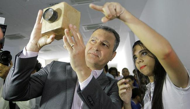 Governador Rui Costa interagiu com aluna, durante encontro de apresentação dos projetos de lei - Foto: Adilton Venegeroles l Ag. A TARDE
