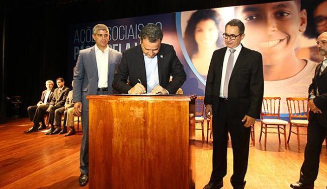 O governador Rui Costa assinou o pacote de medidas na Arquidiocese, no Garcia - Foto: Carol Garcia l Govba l Divulgação