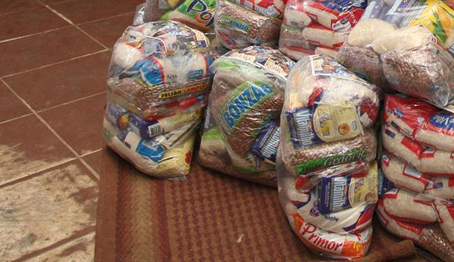 São aceitos dinheiro, alimentos, roupas, produtos de limpeza e higiene pessoal, além de nota fiscal - Foto: Vaner Casaes | Ag. A TARDE